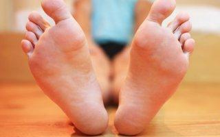Черное пятно на пятке: фото, причины появление и как лечить