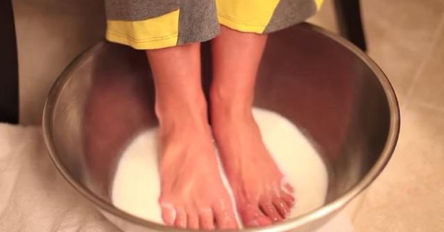 Почему слезает кожа на ступнях ног: все причины и что делать