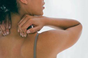 Прыщи на шее (красные, белые) у женщин и мужчин, фото, причины, лечение