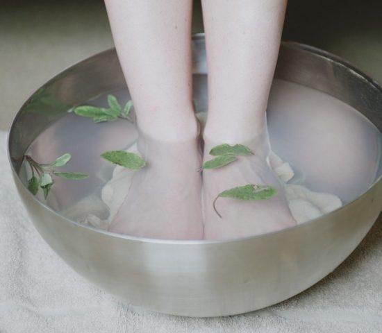 Почему сильно потеют ноги? Все причины и что делать